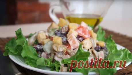 Вкусный салат с фасолью и копчёной колбасой — 7 простых рецептов