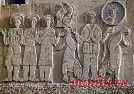 Ս. Սահակն ու Ս. Համազասպն Արծրունյաց իշխանական տնից են և Վասպուրականում տանուտիրություն էին անում այն ժամանակ, երբ արաբական խալիֆայությունը խիստ սաստկացրել էր հալածանքները քրիստոնյաների դեմ:785 թթ. Հայաստանում նոր կառավարիչ է նշանակվում, և իշխաններն իրենց կրտսեր եղբոր՝ Մերուժանի հետ սահմանված այցելություն են կատարում: Կառավարիչն ապստամբության մեղադրանքով ձերբակալում է նրանց և տանջանքների սպառնալիքով պահանջում է խզել կապերը հույների հետ` հրաժարվելով քրիստոնեական դավանանքից: