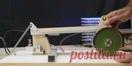 Мини-торцовочная пила с протяжкой 12-24В Приветствую всех любителей помастерить, предлагаю к рассмотрению инструкцию по изготовлению маленькой торцовочной пилы с протяжкой. Самоделка построена на базе мотора 775, который можно питать диапазоном напряжения 12-24В.Таким мини-станочком можно резать листовой металл, бруски, доски, пластиковые