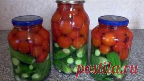 El Surtido sabroso para el invierno (los pepinos y pomidorki)
