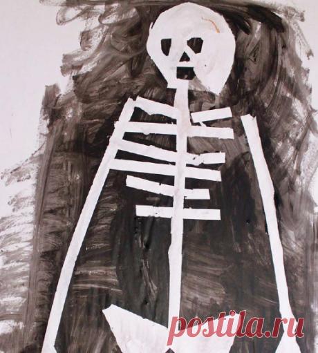 Смастерите скелеты в рост человека с помощью маскировочного скотча и черной краски.