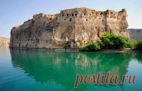 ՀՌՈՄԿԼԱ (Վանք - Ամրոց) Եփրատի աջ ափին՝ սեպաձև հրվանդանի վրա է գտնվում Հռոմկլա բերդաքաղաքը (Հռոմ Քար): Այստեղ է ապրել Ներսես Շնորհալին, այստեղ է իր շքեղաշուք մատյանները ծաղկել Թորոս Ռոսլինը: Թորոս Ռոսլինը ստեղծագործել է Կիլիկիայում՝ Հռոմկլայի դղյակին կից գրչատանը: Ռոսլինի ստորագրությամբ պահպանվել են 7 շքեղ պատկերազարդված մատյաններ, պահպանվել է Լևոն Գ թագավորի երկու դիմանկար. մեկը՝ պատանեկան տարիքում, մյուսը՝ տիկնոջ՝ Կեռանի հետ: Խորապես իմանալով անտիկ արվեստ`