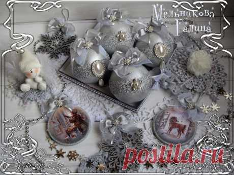 Набор ёлочных игрушек: Морозное серебро – купить на Ярмарке Мастеров – MV602RU | Елочные игрушки, Москва Набор ёлочных игрушек: Морозное серебро. в интернет-магазине на Ярмарке Мастеров. Набор ёлочных игрушек: Морозное серебро, состоит из 4 круглых шаров диаметром 8см, 2 деревянных медальонов диаметром 8см, 2 деревянных снежинок 10 и 12 см.