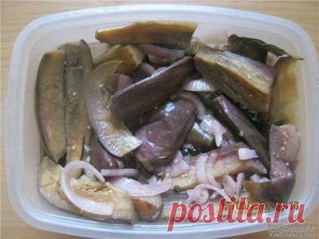 3амаринованные вкуснейшие баклажаны  Ингредиенты: -Баклажаны — 1 кг.  - 2-3 луковицы - 1 головка чеснока - неполный стакан холодной воды - 50 гр. масла подсолнечного  - 50 гр. уксуса 9% (можно чуть больше или меньше, по вкусу) - 1 ч.л. соли - Лавровый лист и перец горошек (тоже по вкусу)  Баклажаны моем, режем на 8 частей, можно и мельче, если крупные.  Солим их и оставляем на час-полтора, чтоб ушла горечь.  А тем временем готовим маринад для наших синеньких. В воду добавл...