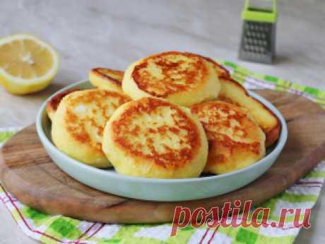 Лимонные сырники  Творог 9% - 300 г Сахар - 2 ст.л. Ванильный сахар - 0,5 ч.л. (или по вкусу) Яйцо куриное - 1 шт. Лимон - 1/2 шт. Мука пшеничная - 3 ст.л. Манная крупа - 1 ст.л. Растительное масло - 50 мл (для жарки)