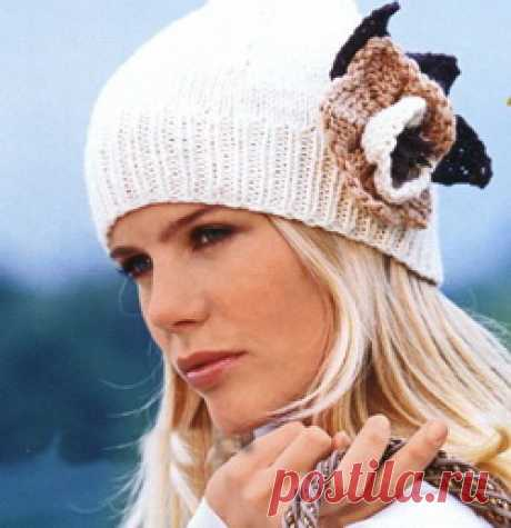 Cap spokes with a vintage flower - the Humming-bird This model of a hat very simple in production. It matches spokes from a white wool yarn,