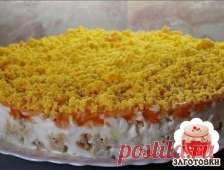 Салат из консервированной горбуши с грибами - банка горбуши (200 гр) - 3 яйца - 2 головки лука - 2 моркови - 1 стакан консервированных грибов - майонез - растительное масло - 6 зубчиков чеснока Выкладываем салат слоями: 1. горбуша консервированная (размятая вилкой или ложкой). 2. Лук (обжарить на растительном масле). 3. Грибы 4. Вареные белки яиц (натереть на крупной терке, смешать с зубчиками чеснока). 5. Морковь (обжарить на растительном масле). Каждый слой пропитать майонезо