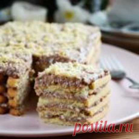 Этот рецепт торта настолько простой, что воспользоваться им может даже начинающая хозяйка. Простой торт без выпечки можно приготовить из печенья и крема из вареной сгущенки, жирных сливок и масла. Продукты (на 8 порций)Печенье песочное – 600 гМолоко сгущённое вареное – 380 гСливки жирностью от 33%