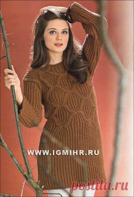 Длинный коричневый пуловер с узорами из полупатентной резинки и ромбов. Спицы