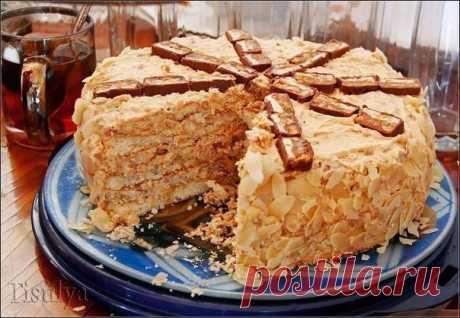 ТОРТ СНИКЕРС   Уникальнейший по вкусу и простой, беспроигрышный торт. Я собрала его за полчаса.. Брала готовые бисквитные коржи (немного пропитала ликером) и равномерно распределила по ним (на все три) крем. Сгуще…