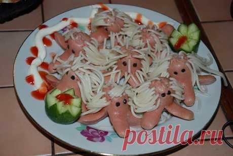 """Протыкаем сырой лапшой сырые сосиски и варим. Такие """" осьминоги"""" порадуют деток."""