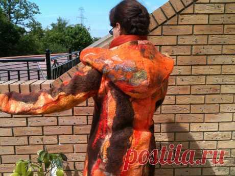 валяное пальто.шоколадный и оранжевый дают визуальное тепло и выделяют индивидуальность. декорировано шелком, шелковыми нитями. подклад цельноваляный. застегивается на пуговицы из кокоса