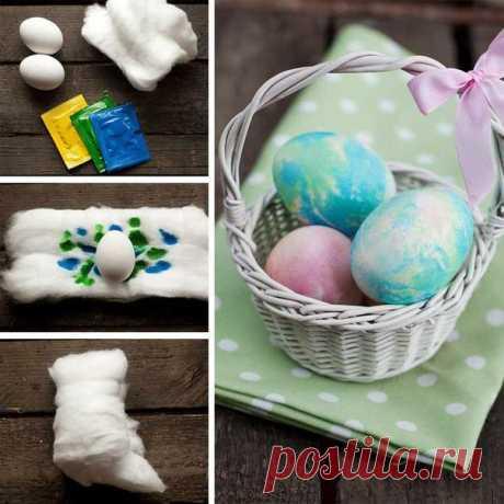 Еще один интересный способ покраски пасхальных яиц    Вам понадобятся:  - вата - красители пищевые - яйца - кисточки - вода - резиновые перчатки