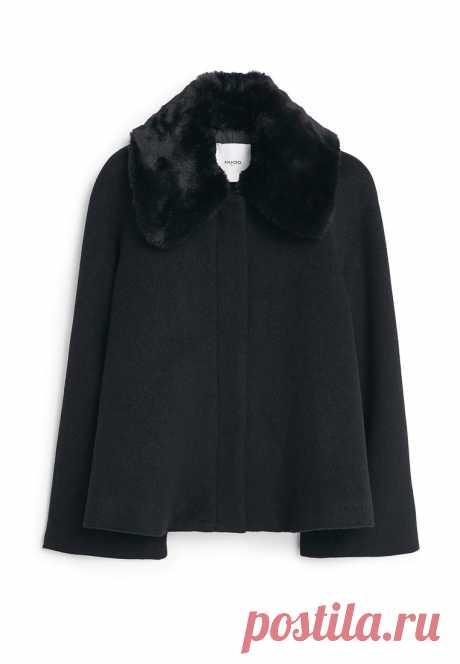 Элегантное укороченное пальто на осень-зиму, выполненное из шерсти. Воротник из меха. Цена: 4999 руб. вместо 7999 руб.