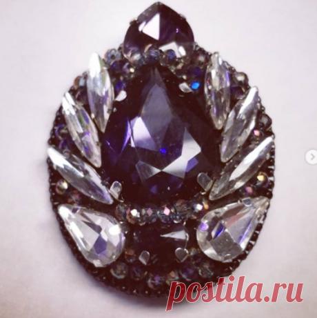 Ольга Першина в Instagram: «Брошь выполнена из кристаллов, стеклянных бусин и японского бисера, изнанка из кожзам. Цена 850+доставка. Писать в…»