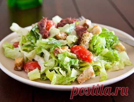 Любимый салат теперь ещё легче: Правильный «Цезарь» для стройняшек!    Ингредиенты:  Куриная грудка отварная — 100 г Салат листовой — 100 г Яйцо вареное — 1 шт. Огурцы свежие — 2 шт. Помидоры — 1 Йогуртовый соус с чесноком — 100 г   Приготовление: Для йогуртового соус…