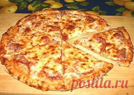 пицца   на  скорую    руку  Иногда нет времени на дрожжевое тесто, а пиццы хочется прямо срочно. В таком случае: 0,5 л. кефира, 2 яйца,  2 столовые ложки растительного масла, 0,5чайной ложки соды, 0, 5 чайной ложки соли и муки сколько возьмет тесто (чтобы не липло к рукам).  Раскатываем, сверху начинку (что есть в холодильнике) и в духовку. Попробуйте получается даже лучше чем с дрожжевым!