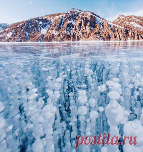 Замерзший Байкал: красота самого глубокого и древнего озера на Земле! Байкал впечатляет. Это самое глубокое и чистое озеро на Земле. Когда фотограф из Москвы Кристина Макеева собиралась в путешествие, то даже и не подозревала, насколько он прекрасен, величественен и волшебен...