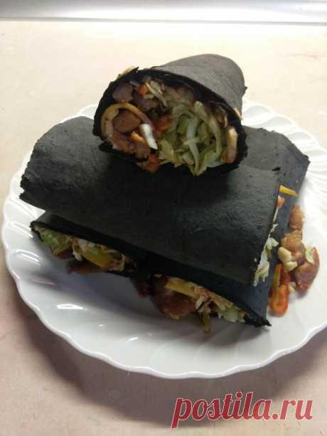 Рулет из черного лаваша с жареной свининой, капустой, персиком и острым перцем