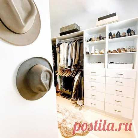 хранение шляп в инсталяции на стене