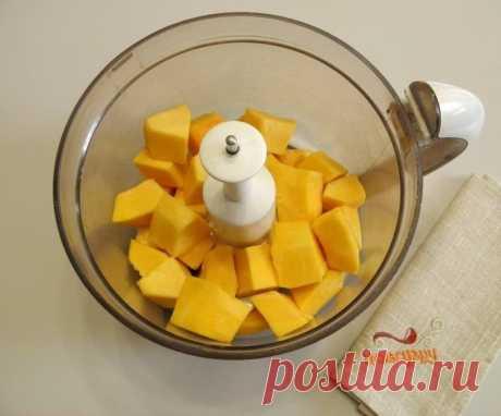 Тыквенный пирог с яблоками Ингредиенты: Тыква — 500 Грамм Яблоко — 2-3 Штук Разрыхлитель теста — 1,5 Чайных ложки (с горкой. Можно взять 2) Яйцо — 1 Штука Сахар — 100 Грамм Молоко — 50 Миллилитров Мука — 2,5-3 Стакана Подготовьте продукты для пирога. Очистите тыкву от кожуры и внутреннего края. Нам нужно 500 грамм уже подготовленной очищенной тыквы. Порежьте тыкву кусочками, поместите в чашу блендера и превратите в пюре. Добавьте к тыкве молоко, яйцо и сахар. Перемешайте. ...