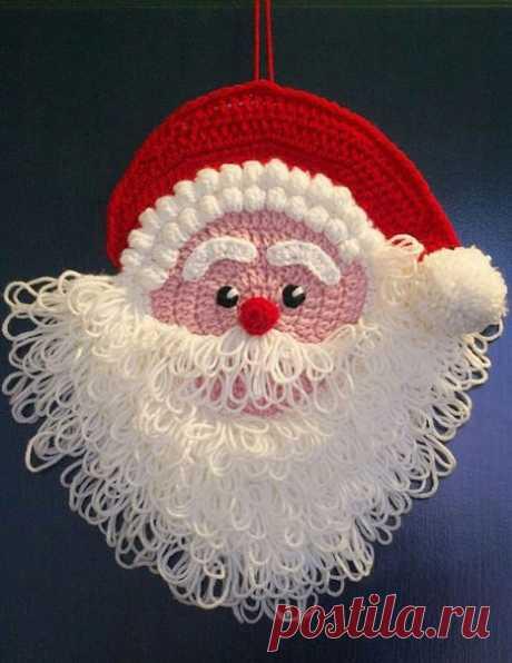 Смотрите какой веселый дедуля! И вяжется быстро и легко.  1. Вязаное новогоднее украшение на дверь Дед Мороз (размер 28 на 28 см.):  Чтобы связать такого Деда Мороза крючком нам потребуется:  - пряжа белого цвета (я использовала Schachenmayr Idena Plus, 100% акрил, 50 гр.=  133 м.) - ок. 30 гр.  Аналогом этой пряжи на российском рынке является акриловая пряжа Comfort YarnArt  - 100 гр.;  - немного розовой, красной и черной пряжи;  - помпон из белой пряжи;  - картон (или то...