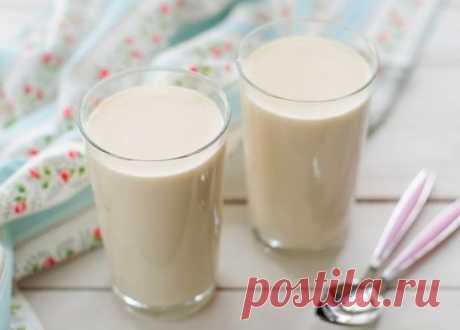 Домашняя ряженка молоко - 2 л  сметана - 4 ст.л.  1. Налить молоко в кастрюлю, довести до кипения и потомить на слабом огне в течение 10 минут.  2. Затем перелить в большую огнеупорную форму (это может быть керамический горшок), оставляя примерно треть свободного пространства. Не накрывая, поставить в разогретую до 160-180 градусов духовку на 1,5-3 часа. Молоко нужно помешивать ложкой время от времени. Чем дольше будет готовится молоко, тем темнее будет его цвет.  3. Вынуть молоко из духовки,