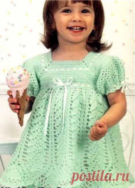 Платье на кокетке для малышки Подробное описание и схемы вязания крючком детского платья на кокетке, отделанное шелковыми лентами