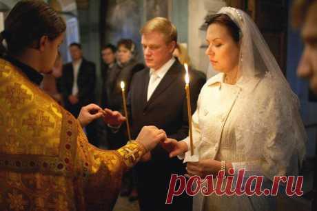 Если свечи гаснут при венчании,следует поменяться свечами жениху и невесте, иначе житья не будет
