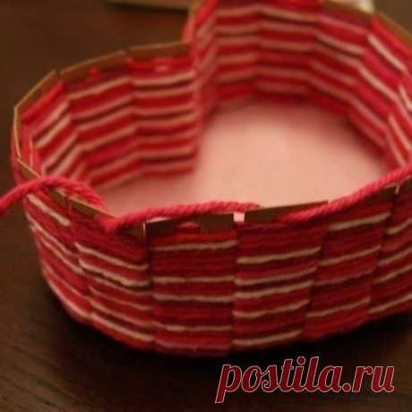 Плетеная корзинка из картона и пряжи