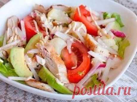 Если Оливье и шуба уже порядком надоели, приготовьте оригинальный салат, родом из дальнего заморья!  КАЛИФОРНИЙСКИЙ КУРИНЫЙ САЛАТ  Ингредиенты:  - Куриное филе — 400 г  - Томат — 100 г  - Авокадо — 100 г  - Лимонный сок — 40 мл - Салат — 150 г - Редис — 100 г  - Йогурт 0% — 100 мл  - Соль, перец — по вкусу  Приготовление:  1. Курицу нарезать на небольшие кусочки.  2. Помидор разрезать на 8-12 долек.  3. Авокадо разрезать пополам, удалить косточку, счистить кожуру.  4. Мяко...