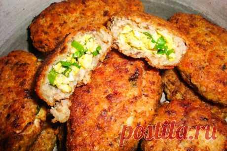 Гречневые зразы с куриным филе, зеленым луком и яйцом. Рецепт с фото Зразы приготовлены на основе рецепта львовских гречаныков. Фарш готовят из вареной гречки (2 стакана) и куриного филе (около 500г). Для начинки понадобятся вареные яйца и зеленый лук. Если фарш получится липким, можно добавить немного сливок или молока. Жарить с двух сторон на растительном масле.