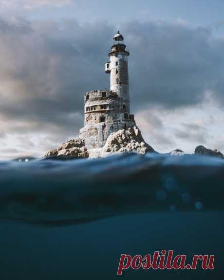 Заброшенный маяк Анива в лучах рассветного солнца. Сахалин, скала Сивучья. Автор фото – Ярослав Шураев: nat-geo.ru/community/user/179438/