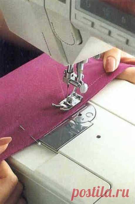 Способы выполнения трикотажных швов на обычной швейной машине.  Прямой способ. Выполняется на расстоянии 1-1,5 см от края длиной стежка 1,5-2 мм. При стачивании немного натягивайте трикотажное полотно двумя руками в обе стороны. Машина автоматически продвигает натянутую ткань. После выполнения трикотажной строчки припуски на шов отогните и разутюжьте.  Прямая строчка подходит для умеренно тянущихся полотен. Зигзагообразная строчка не стягивает полотно и подходит для всех т...