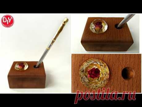 Подставка для ручки из эпоксидной смолы и дуба с розочкой в кристалле.