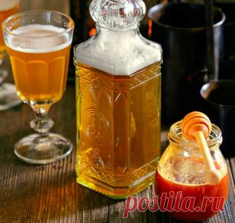 ФИНСКАЯ МЕДОВУХА  Ингредиенты: сок 2 лимонов изюм – 0,5 ч. л. коричневый и обычный сахар – по 250 г щепотка корицы гречишный мед – 2 ст. л. сухие дрожжи – 0,25 ч. л.  Приготовление: Вскипятить 400 мл воды. Всыпать в кипяток сахар и размешать до полного его растворения. Снять с огня.Добавить мед и лимонный сок. Дать остыть примерно до 40°С.Растворить дрожжи в небольшом количестве воды, влить в лимонно-медовую смесь.   Перелить в бутылку, накрыть 3 слоями марли и оставить в ...