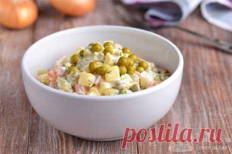 Салат оливье с вареной колбасой и солеными огурцами.  Готовим классический салат оливье с вареной колбасой, отварными морковью, картофелем, куриными яйцами, зеленым горошком, солеными огурцами, репчатым луком и зеленью. Для заправки используем майонез.