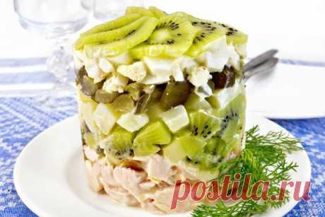 Салат с киви и копченой курицей Предлагаем тебе оригинальный рецепт салата с киви и копченой курицей – это отличное дополнение к праздничному столу.