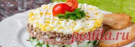 Салат из консервированного тунца с огурцом и яйцом • Рецепт Праздничный салат из консервированного тунца с огурцом и яйцом заправленный майонезом очень вкусный. Приготовьте по простому домашнему рецепту ароматную закуску из тунца в собственном соку, свежих огурцов и вареных яиц. Украсить этот слоеный салат можно помидорами и зеленью, а майонез заменить натуральным йогуртом.