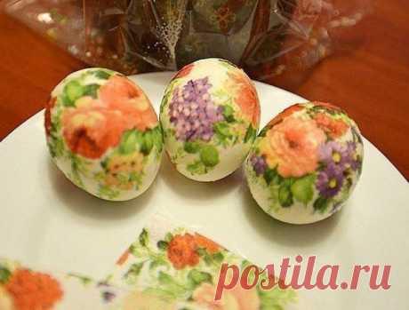 Пасхальный декупаж яиц Очень простой способ  Берем салфетку, вырезаем нужные мотивы. Затем наносим картинку с помощью клейстера (или сырого белка) и кисточки на яйцо.