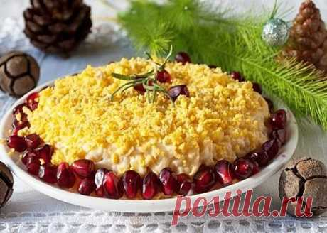 """ГОТОВИМСЯ К НОВОМУ ГОДУ!  Салат с сыром и яблоками """"Помпадур"""" к праздничному столу  К праздничному столу мы всегда стараемся приготовить блюда подороже и посытнее. Я попробую доказать, что можно накрыть праздничный стол недорого, но очень вкусно. К тому же, не стоит забывать, что на праздники в качестве основного блюда мы всегда готовим что-то сногсшибательное, а если на столе еще будут стоять сплошь сытные салаты, то, на мой взгляд, это будет перебор. Уверена, что легкий,..."""