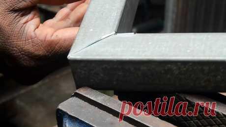 Сгибаем профильную трубу под 90 градусов без сварки Загнуть и соединить профильную трубу под прямым углом можно и без сварки. Этот способ выручит при ее отсутствии во время изготовления различных рамок и каркасов. Инструменты:угольник;фломастер;болгарка с отрезным кругом.Процесс изгиба трубы без сваркиПо бокам трубы нужно начертить по прямому углу,