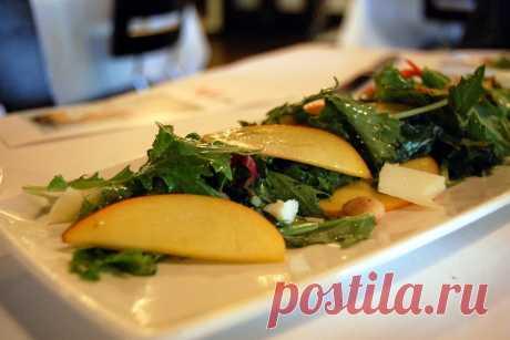 Салат из персиков и миндаля