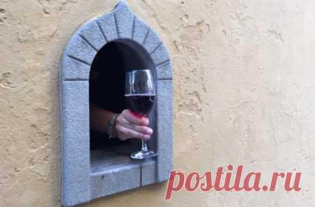 Ещё в XVII веке во Флоренции придумали «винные окна» для безопасной продажи напитков, теперь эта идея пригодилась вновь