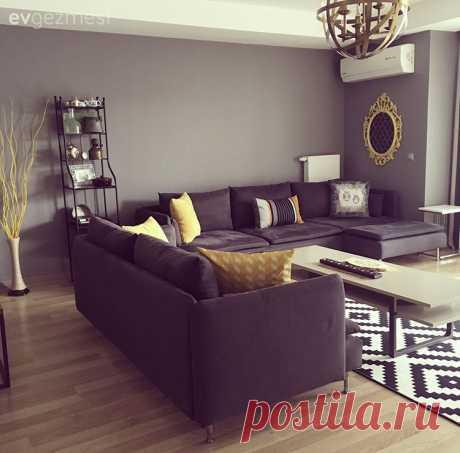 Modern stil mobilyalar, geometrik çizgiler.. Uyumlu ve canlı bir ev! Modern stilin hakim olduğu dekorda, siyah, beyaz zıtlığının çarpıcı havası sarı vurgusu ile canlanıyor. Pek çoğu ev sahibimizin el emeği harika aksesuarlar ve geometrik çizgilerle stil tamamlanıyor....