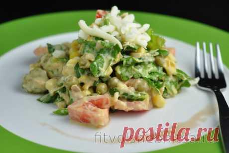 Фитнес-салат с тунцом, горошком и сыром