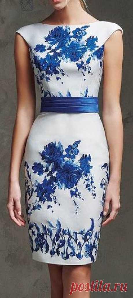 Платье футляр с контрастным синим поясом и ярко синим рисунком цветов на лифу и юбке