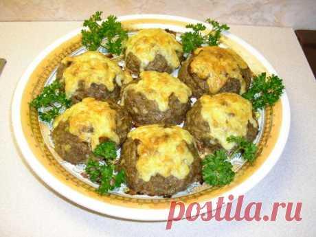 Оригинальные гнезда из мяса: с грибами и сыром      Сегодня будем готовить гнезда из фарша с грибной начинкой: вкусное и сытное блюдо, которое не требует много времени на готовку.  Рецепт приготовления очень простой, а выглядят гнезда красиво и пр…