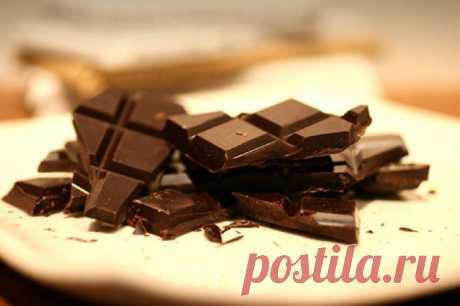 Пятно от шоколада: чем вывести на светлой, цветной и темной одежде? Вы не знаете, как вывести пятно от шоколада так, чтобы не осталось и следа? Мы расскажем об этом в данном материале.