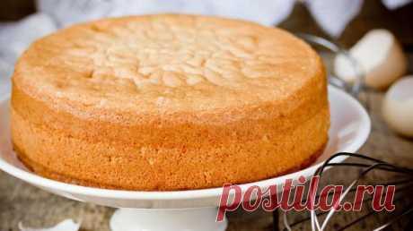 Как приготовить бисквит Редко кто готовит дома двести поддонов бисквита. Чаще требуется максимум четыре коржа для одного-единственного торта. Однако подавляющая часть граждан предпочитает использовать для этого сугубо промышленные технологии, добавляя в тесто всяческие разр